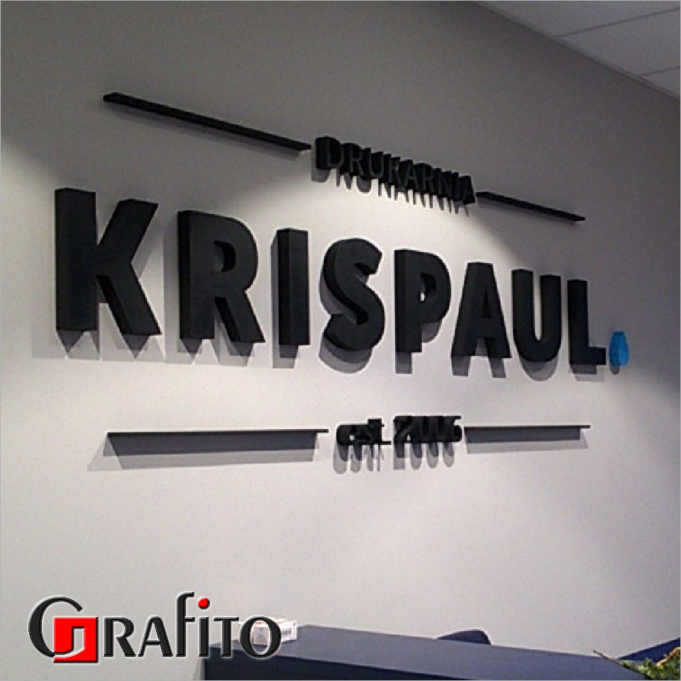 Litery 3d z malowanego styroduru przyklejone do ściany w biurze