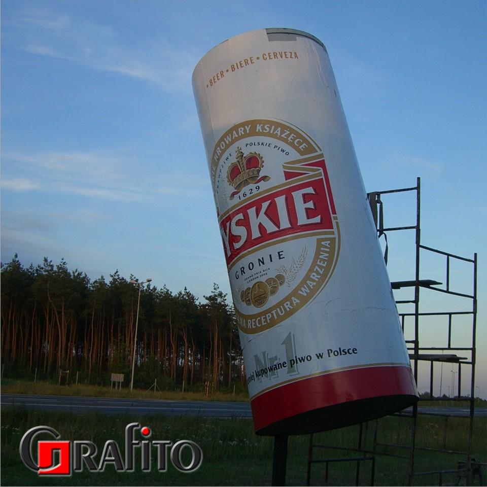 Reklama w kształcie puszki piwa.