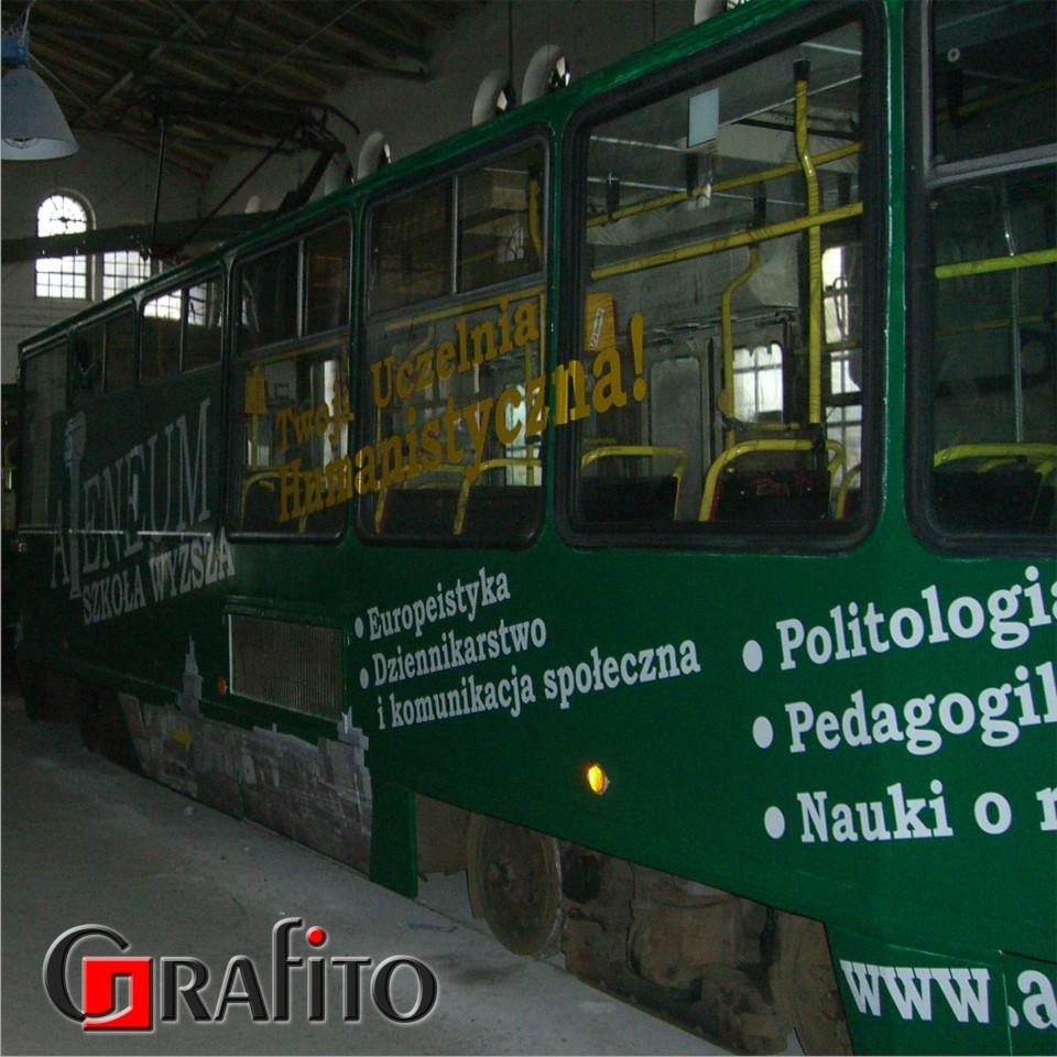 Reklama na tramwaju.